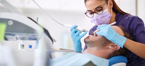 Kývajú sa vám zuby? Príčinou môže byť parodontóza